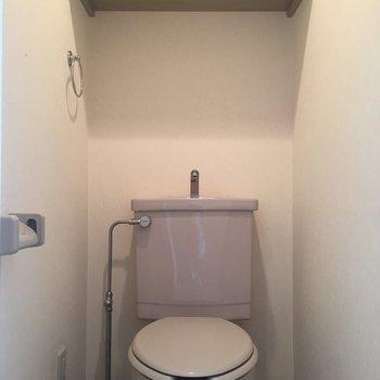 トイレにちゃんと棚があるの、うれしいですよね。※写真は11階の同間取り別部屋、クリーニング前のものです
