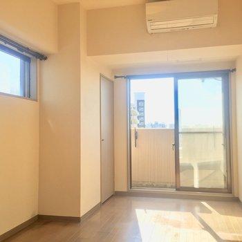 うれしい二面採光のお部屋です。※写真は11階の同間取り別部屋、クリーニング前のものです