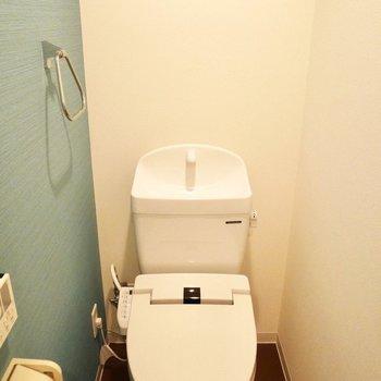青い壁がかわいいトイレ※写真は同間取り別部屋です