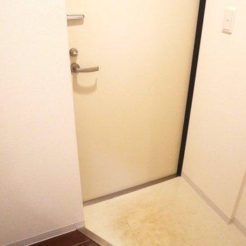 玄関は狭めです(家具の搬入大変そう)※写真は同間取り別部屋です