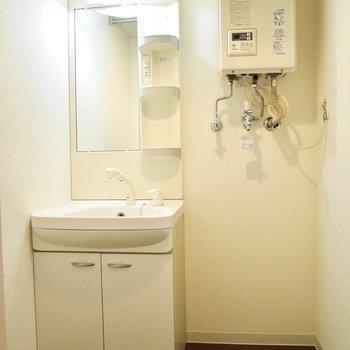 キッチン奥には脱衣所。洗濯機もこちらへ。※写真は同間取り別部屋です