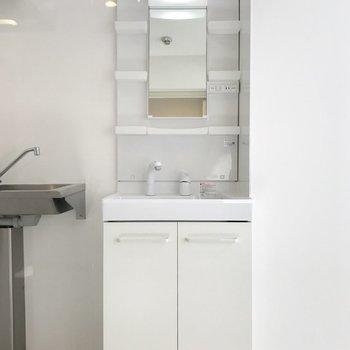 キッチンの横には洗面台。なぜここに?笑※写真は同間取り別部屋です