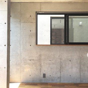 コンクリートむき出しの部屋。