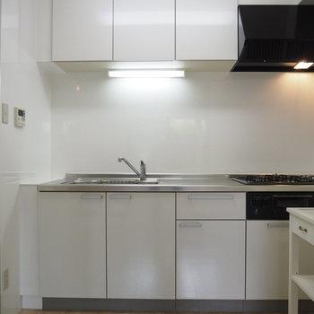 キッチンは奥まったところにあります。3口コンロ※写真は前回募集時のものです