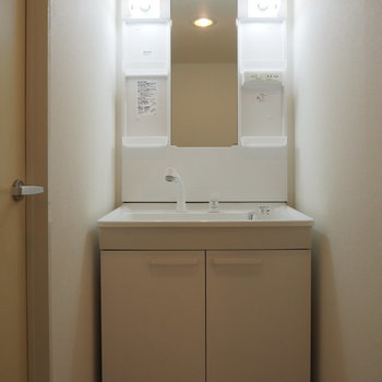 お風呂前の独立洗面台!※写真は前回募集時のものです