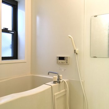お風呂は小窓付きの解放感のあるデザイン。