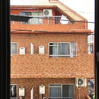 洋室5帖からの眺望、カーテンがあれば問題なさそう。