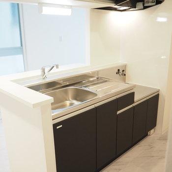 シンプルなシックなキッチン※写真は同間取り別部屋です