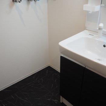 脱衣所の床は黒※写真は同間取り別部屋です