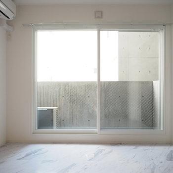 こちら側も大きな窓※写真は同間取り別部屋です