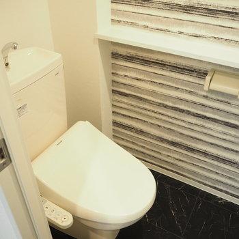 飾り棚もあるトイレの壁はアクセントクロス※写真は同間取り別部屋です