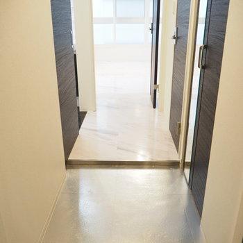玄関はメタリック!※写真は同間取り別部屋です