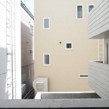こっちも建物に囲まれています※写真は2階のものです