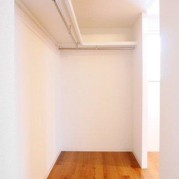 奥側には大容量オープンクローゼットが。※写真は同間取り別部屋です