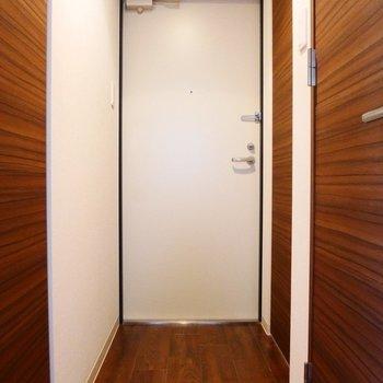 玄関はコンパクトに。※写真は同間取り別部屋です