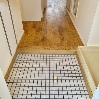 玄関は白タイル。無垢床とのコントラストがかわいい。