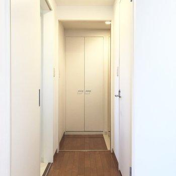 玄関と通路の間に、ブラウンのスライドドアがあります。