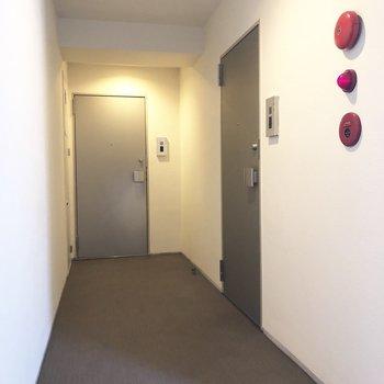 奥の扉が今回のお部屋です。