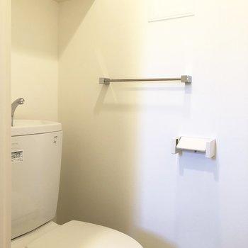 トイレ上部にも収納スペースあります。