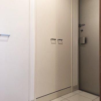 こちらが玄関。白いタイルが素敵です。