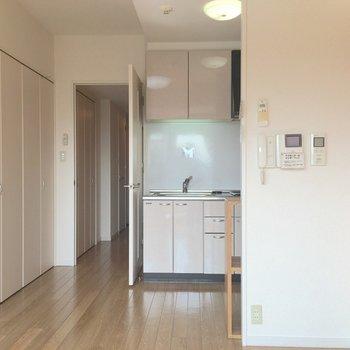 お部屋とキッチンは一体になった感じです。 (※写真は7階の似た間取り別部屋のものです)