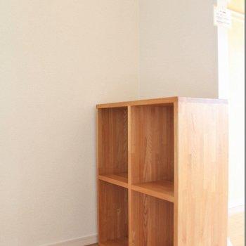 キッチンにはウッディなシェルフが。可動式です◎ (※写真は7階の似た間取り別部屋のものです)