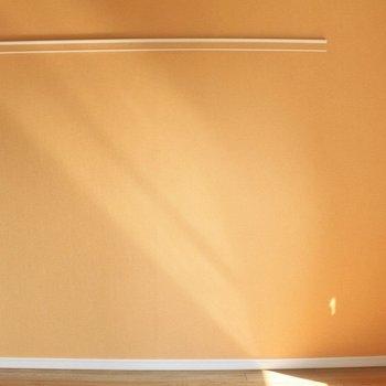 反対側はオレンジのアクセントクロス! (※写真は7階の似た間取り別部屋のものです)