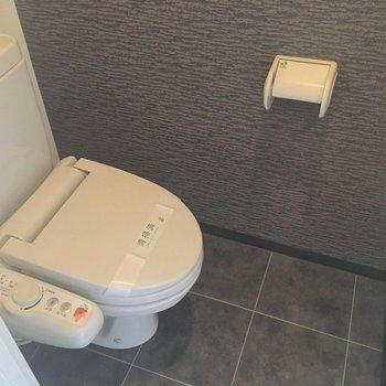 トイレにもアクセントクロスが。 (※写真は7階の似た間取り別部屋のものです)
