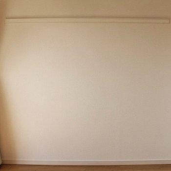 壁にはハンガーなどが掛けられる長押がついています◎ (※写真は7階の似た間取り別部屋のものです)