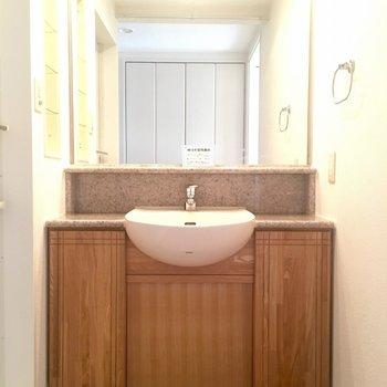 タモ無垢材の扉がかわいい大型洗面台。気合を入れておしゃれしましょう。 (※写真は7階の似た間取り別部屋のものです)