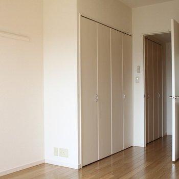 収納はキッチン横にひとつ。 (※写真は7階の似た間取り別部屋のものです)