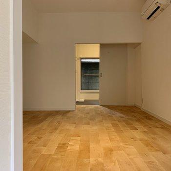 キッチンから居室、そして水回りへと続く1階。