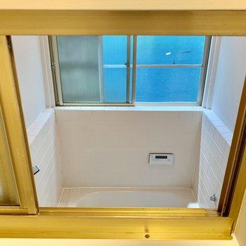 トイレの小窓からはなんと、お風呂が覗けちゃいます!「湯加減どうですか〜♨」