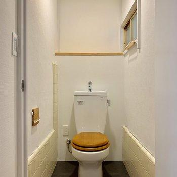 トイレは既存のものに木製便座を新設。ん?小窓が、、
