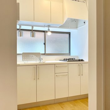 玄関横にはキッチン。窓付きが嬉しい!