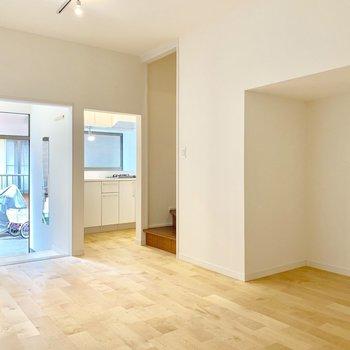 明るいバーチの床材を使用。
