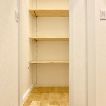 階段の踊場には可動式の収納棚。