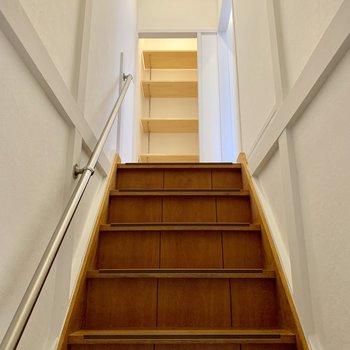 次は2階へ。階段も登りやすい幅。