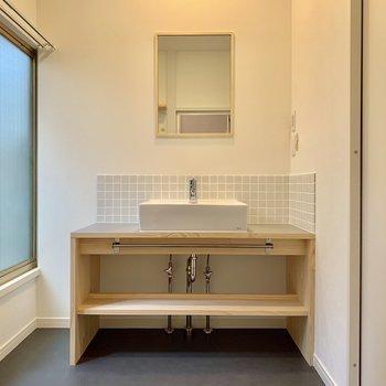 木枠を使用した手触り感のある洗面台。