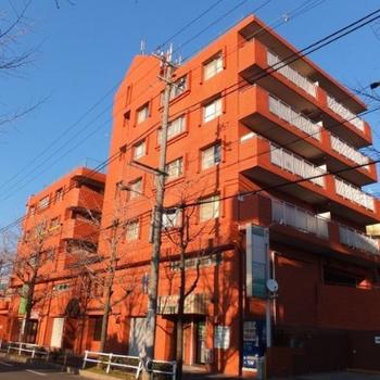 赤いレンガ調の建物。外観もかわいいですね。