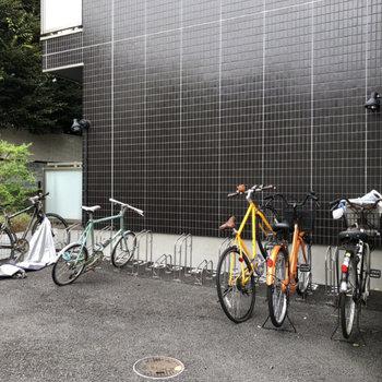 駐輪場はマンション正面横にあります。