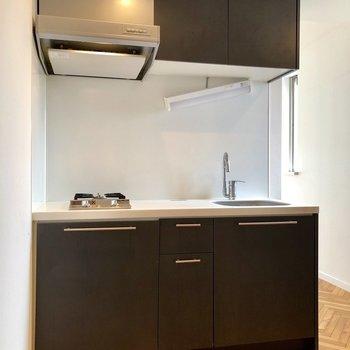 シックな雰囲気漂うキッチン。※写真は3階の同間取り別部屋のものです