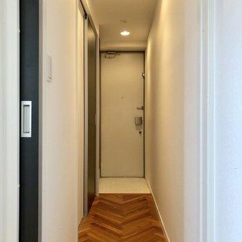 廊下にもジグザク模様が続いています。※写真は3階の同間取り別部屋のものです
