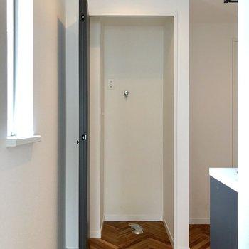開けてみると洗濯機置場が隠れていました。目隠しできるのはいいですね。※写真は3階の同間取り別部屋のものです