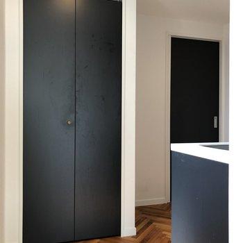 キッチンへ向かうと何やら扉が。※写真は3階の同間取り別部屋のものです
