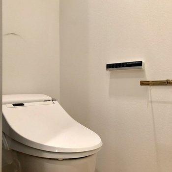 タンクレスのスタイリッシュなトイレです。※写真は3階の同間取り別部屋のものです