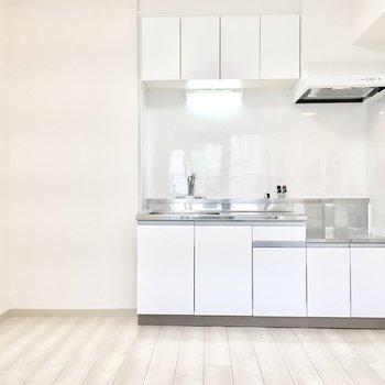 キッチンは収納たっぷり◎(※写真は1階の同間取り別部屋のものです)