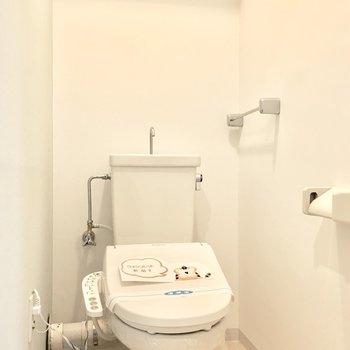 トイレはウォシュレット付き◎(※写真は1階の同間取り別部屋のものです)