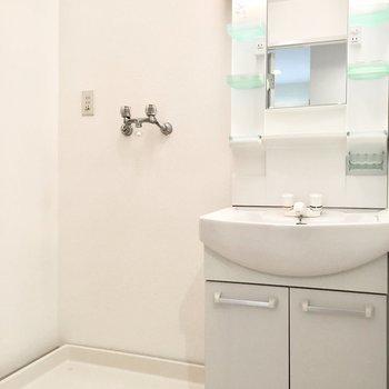 ゆったり洗面台は収納たっぷり。(※写真は1階の同間取り別部屋のものです)