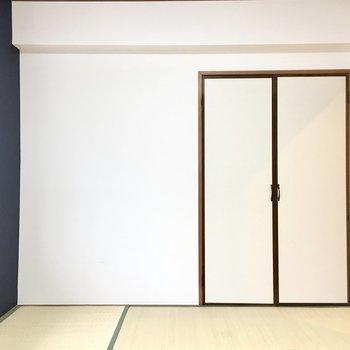 ネイビーのクロスが和モダンな空間に。(※写真は1階の同間取り別部屋のものです)